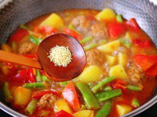 自制丸子一锅炖,加入鸡精调味。