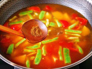 自制丸子一锅炖,炒至芸豆断生变色的时候,锅中再倒入适量的清水,加入花椒粉。