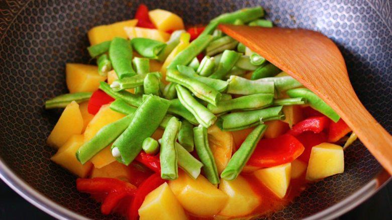 自制丸子一锅炖,这个时候加入芸豆,继续翻炒均匀。