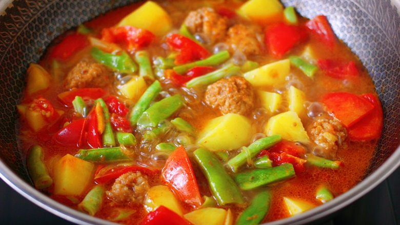 自制丸子一锅炖,看见锅中汤汁变得越来越浓稠时。