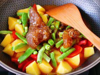 自制丸子一锅炖,锅中倒入卤肉汤,我是直接从冰柜拿出来,倒入锅中。