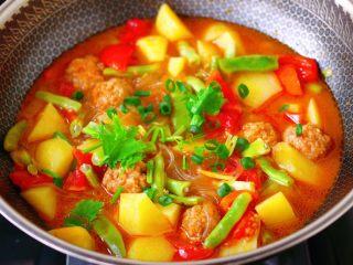自制丸子一锅炖,大火烧开后,即可关火,撒上葱花和香菜段即可。