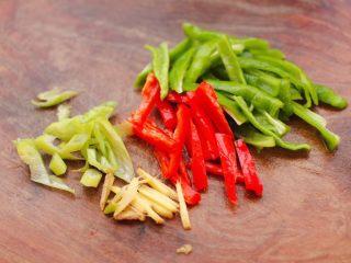 安康鱼清炖菜花,先把青红椒去籽后切条,葱姜切丝。