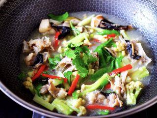 安康鱼清炖菜花,撒上香菜段即可关火。