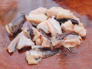 安康鱼清炖菜花,把洗净的安康鱼用刀切成块状。