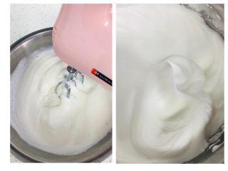 枣糕,打至湿性发泡状态,大大的弯钩,图片是垂直拍摄,所以弯钩不是很明显。