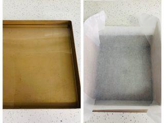 枣糕,28*28的烤盘中加入适量的热水,八寸模具铺上油纸、四周插上纸板,有助于蛋糕爬高。