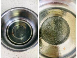 枣糕,盆中加入玉米油,电池炉中火加热至底部出现油波纹,即可离火。油温70度左右汤面最好。