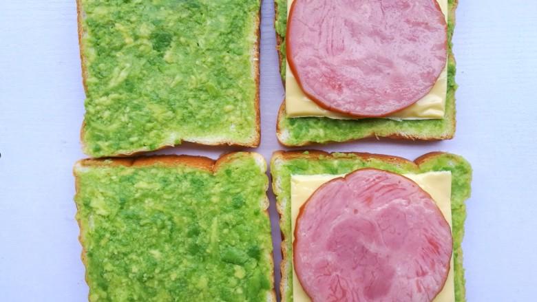 牛油果鸡蛋火腿三明治,放入火腿。