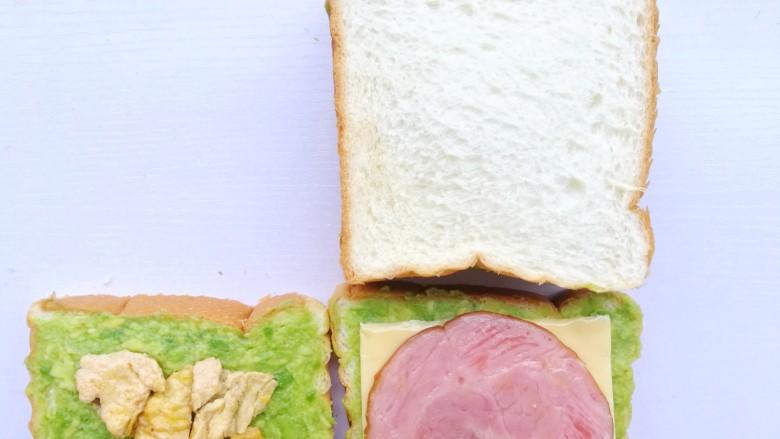 牛油果鸡蛋火腿三明治,另一半吐司反盖在上面。
