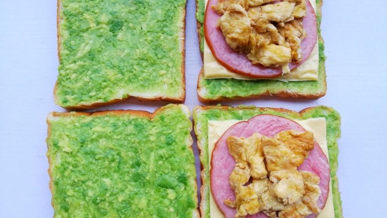 牛油果鸡蛋火腿三明治,加入鸡蛋。