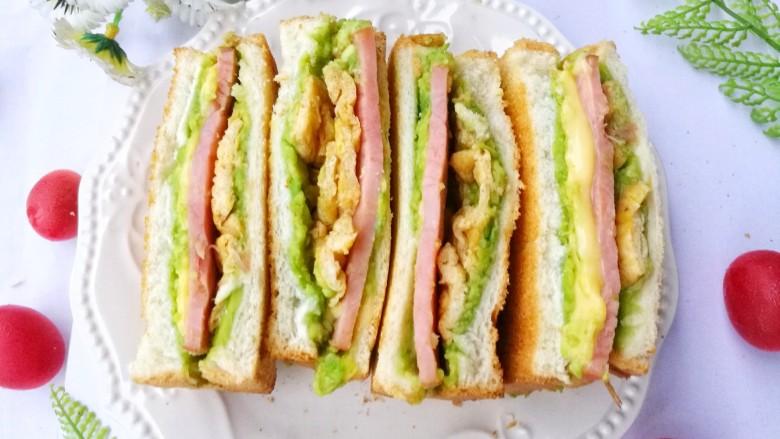 牛油果鸡蛋火腿三明治,成品。