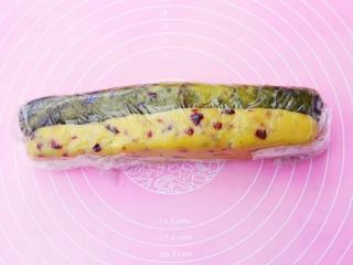 双色蔓越莓饼干,包入保鲜膜中,整理成型,放冰箱冷冻1小时。