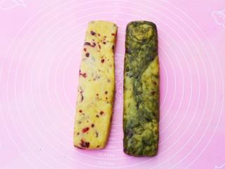 双色蔓越莓饼干,将两个面团整理成长宽相等的条。