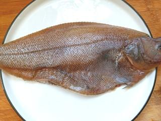 炖扁口鱼,去鱼鳞,肠清理干净。