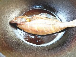 炖扁口鱼,下入鱼煎至
