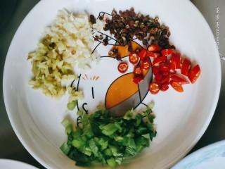 豆腐小面,姜蒜芹菜切粒,小米椒切圈⭕,准备好花椒,备用