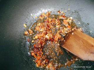 豆腐小面,加一小勺豆瓣酱继续翻炒