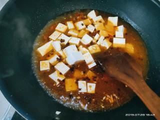 豆腐小面,加入一碗开水并放入切好的豆腐,大火炖煮