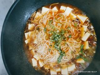 豆腐小面,加入芹菜末煮一分钟