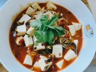 豆腐小面,出锅装盘,放上三四片芹菜叶,香喷喷的豆腐小面就做好啦
