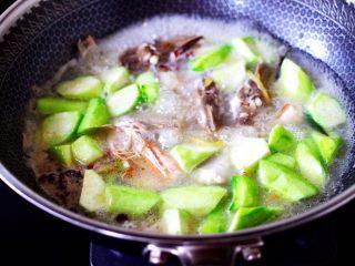 红蟹鱼炖丝瓜,加入切块的丝瓜。