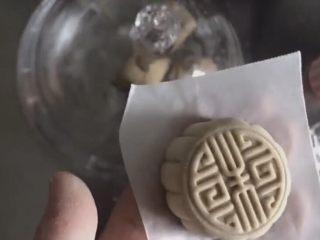 红糖包,装进月饼压模里  模具要撒些擀粉防粘 轻轻按压一下下 让面团和模具贴合的更紧实一些 脱模后就得到一颗美美哒中国风月饼红糖包😍😍