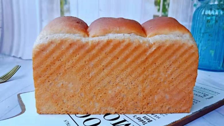 黑麦全麦吐司,烤好的吐司脱模后冷却到和手心差不多温度时,放入密封袋里室温保存即可。