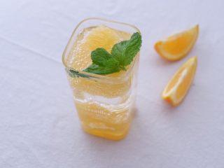 薄荷柳橙汽泡水,取一薄荷叶点缀,完成