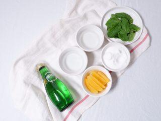 薄荷柳橙汽泡水,准备好所有的食材,柳橙去皮,取果肉,月状