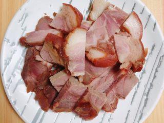 彩椒肘花肉炒饭(5分钟快手炒饭),将酱肘子切成4-5mm的薄片。