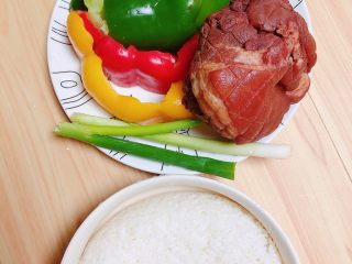 彩椒肘花肉炒饭(5分钟快手炒饭),准备好食材。彩椒、酱肘、葱、米饭。