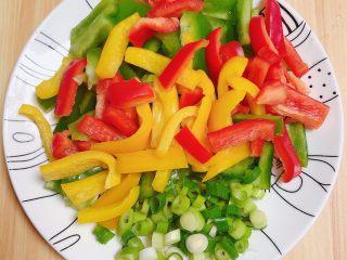 彩椒肘花肉炒饭(5分钟快手炒饭),将彩椒切成粗条、小葱切丁待用。