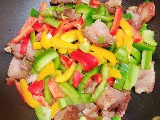 彩椒肘花肉炒饭(5分钟快手炒饭),放入彩椒,翻炒均匀。