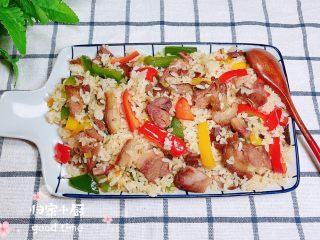 彩椒肘花肉炒饭(5分钟快手炒饭),成盘上桌了,颜色味道都相当的诱人!