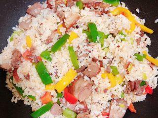 彩椒肘花肉炒饭(5分钟快手炒饭),所有食材都入味翻炒均匀,即可出锅了。
