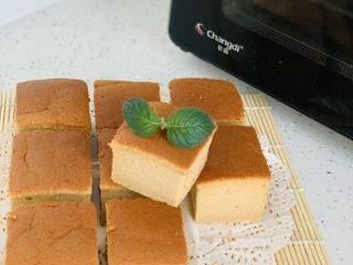 枣糕,蛋糕出炉后轻震两下,震出热气,避免回缩,再将四周的油纸撕掉,放在烤网上散热。