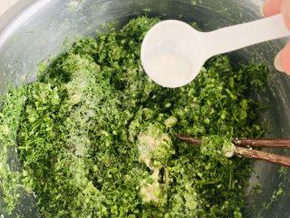 猪肉茴香馅儿饺子🥟,将茴香倒入调好的肉馅中,加入盐、橄榄油、鸡精再次搅拌均匀。