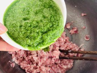猪肉茴香馅儿饺子🥟,打好的葱姜汁要一点一点的打进肉馅中。