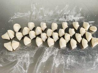 猪肉茴香馅儿饺子🥟,用刀切成15克左右的面剂子
