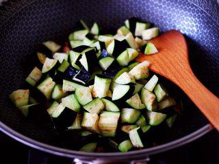 茄丁双椒炒肉丁,这个时候加入茄丁。