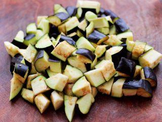 茄丁双椒炒肉丁,把茄子洗净后,用刀切成小丁。