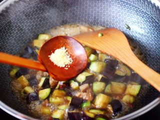 茄丁双椒炒肉丁,再放入鸡精增加口感。