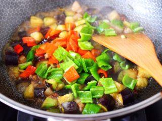 茄丁双椒炒肉丁,看见锅中汤汁浓稠时,加入青红椒丁。