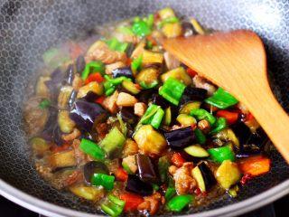 茄丁双椒炒肉丁,大火快速的翻炒均匀。