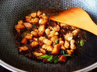 茄丁双椒炒肉丁,大火继续翻炒均匀。