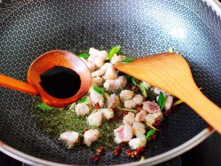 茄丁双椒炒肉丁,看见猪肉丁变色断生的时候,加入生抽。