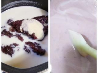 健脾补血之红豆牛奶冻糕(寒天粉版快手简易),把200克豆沙,250克牛奶,4克寒天粉秤重后放入不粘锅,并且搅拌均匀。 切记:寒天粉必须同步加入,寒天粉必须同步加入,寒天粉必须同步加入,重要的事情说三遍