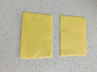 牛角酥,分别制作成长12厘米,宽8厘米的黄油片,冰箱冷冻备用。