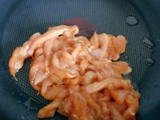 彩椒炒鸡丝,锅中倒入一小片的橄榄油,编炒鸡丝